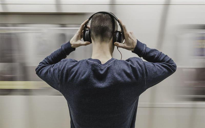 kulaklık müzik dinleyen adam